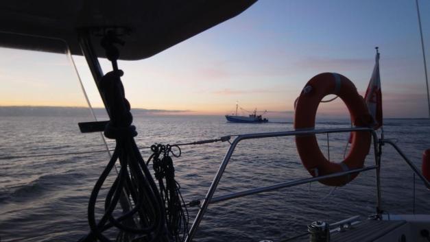 Bateau pêcheur croisé au petit matin le long de la côte polonaise